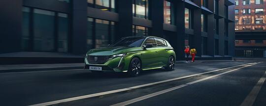 Grønn Peugeot 308 på vei i byen