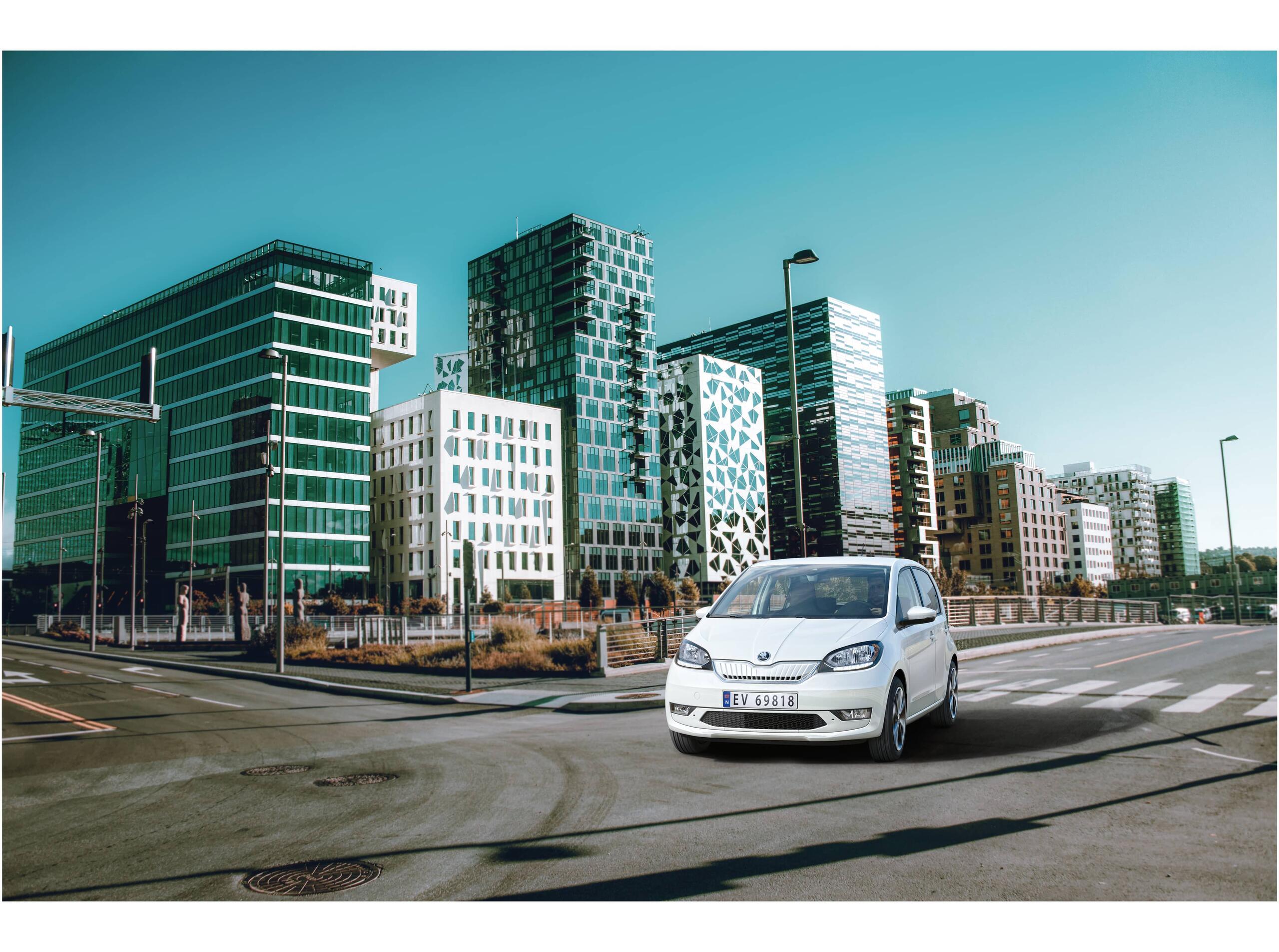 Hvit bil kjører på veien i Oslo